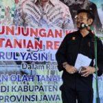 Foto : Menteri Pertanian Syahrul Yasin Limpo Saat Melakukan Panen Sekaligus Percepatan Tanam Padi di Cilacap, Jawa Tengah.