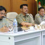 Foto : Menteri Pertanian Syahrul Yasin Limpo (tengah) di Gedung Direktorat Jenderal Prasarana dan Sarana Pertanian, Senin (25/11/2019)