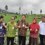 Foto : Direktorat Jenderal Hortikultura Prihasto (kanan) Bersama Dinas Pertanian Terkait Saat Mengunjungi Lahan Penanaman Bawang Merah