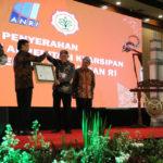 Foto : Penyerahan Piagam Penghargaan dari ANRI yang diwakili oleh Sekertaris Jendral Kementerian Pertanian, Momon Rusmono