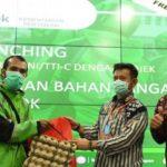Foto : Menteri Pertanian Syahrul Yasin Limpo Memberikan Simbol Kerjasama Antara Kementan Dengan Driver Gojek