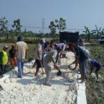 Foto : Padat karya tunai Kementan dengan membangun jalan usaha tani.