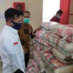 Foto : Menteri Pertanian Syahrul Yasin Limpo (kemeja putih) bersama Kepala Badan Ketahanan Pangan Agung Hendriadi (tengah berbaju batik) sedang meninjau stok pasokan beras