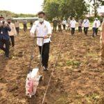 Foto : Menteri Pertanian Syahrul Yasin Limpo Beserta Jajarannya sedang Mempersiapkan Lahan untuk Menanam Kedelai.