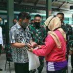 Foto : Menteri Pertanian Syahrul Yasin Limpo Saat Memberikan Bantuan ke Masyarakat di Markas Komando Distrik Militer Depok 0508