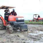 Foto : Menteri Pertanian Syahrul Yasin Limpo Saat Melakukan Percepatan Tanam Padi di Lampung Tengah.